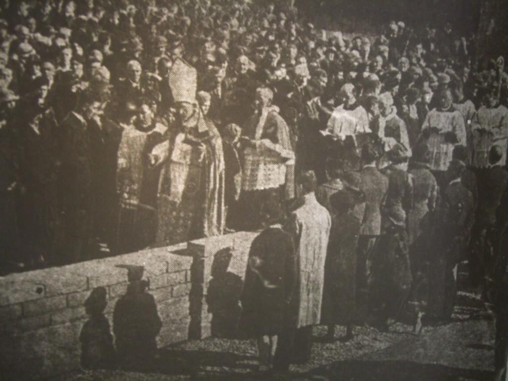 Daniel Cohalan, biskup Corku, w czasie poświęcenia fundamentów kościoła w Ballinlough