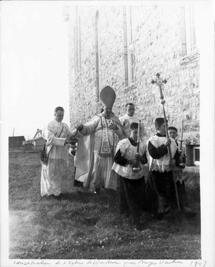 Poświęcenie zewnętrznego muru kościoła w Wendover (Kanada) przez ks. Aleksandra Vachon, arcybiskupa Ottawy.