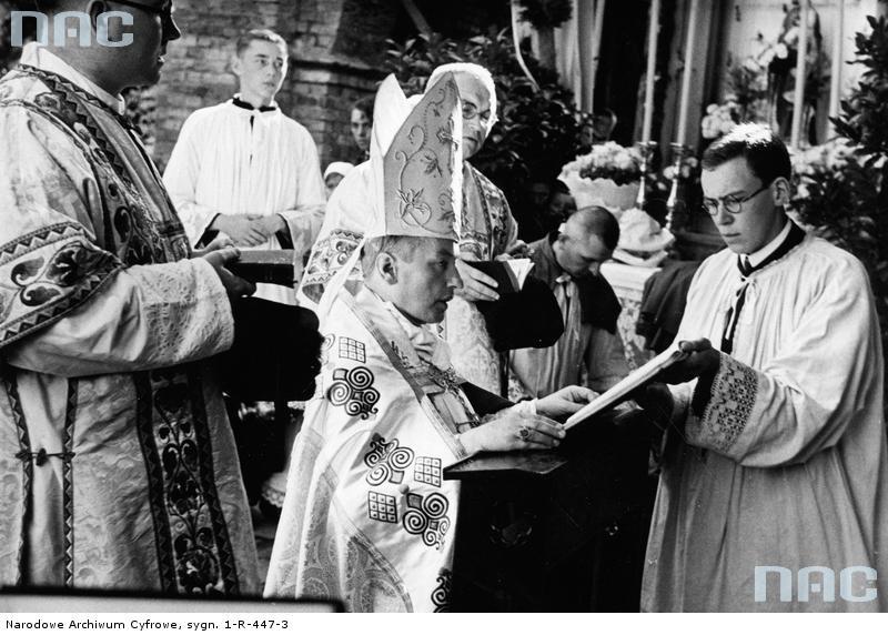 Biskup Teofil Bromboszcz w czasie śpiewania litanii do Wszystkich Świętych.