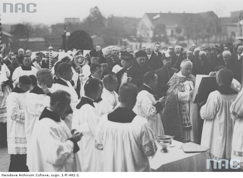 Prymas Polski ks. kard. August Hlond podczas poświęcenia wody.