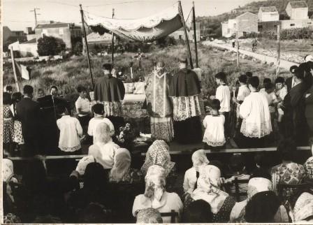 Msza św. po wmurowaniu kamienia węgielnego pod kościół Matki Bożej Różańcowej w Giammoro.