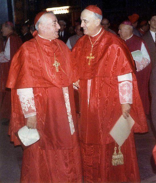 Kardynałowie Quiroga i Meyer w kardynalskich strojach chórowych używanych w Rzymie.