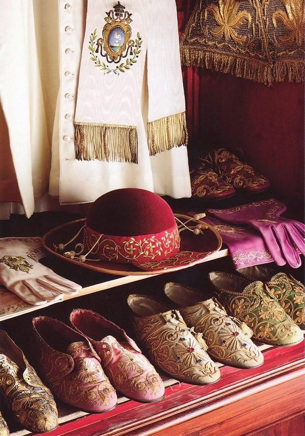 Papieskie buty pontyfikalne.