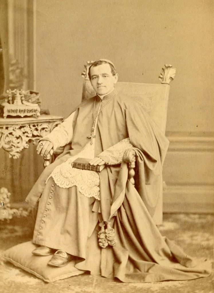 Biskup w chórowej sutannie z rozpuszczonym trenem.