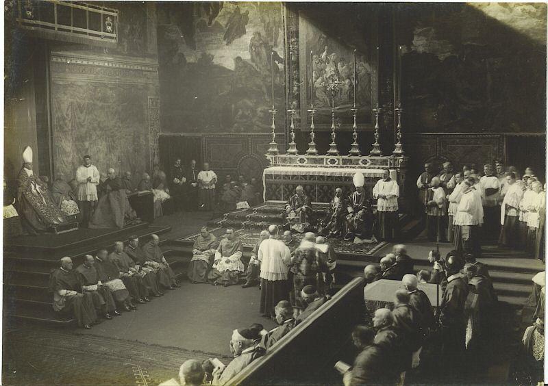 Śpiewanie Epistoły podczas Requiem sprawowanego w Kaplicy Sykstyńskiej wobec papieża Piusa XI.