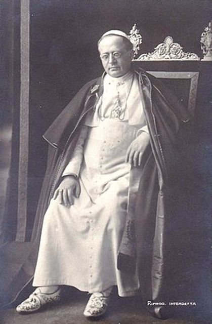 Pius XI w białych trzewikach.