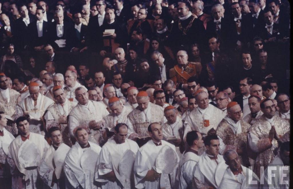 Caudatarii w czasie uroczystej mszy papieskiej.