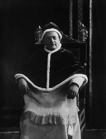 Pius XI w stroju chórowym: mucet, camerino oraz rokieta (griccia).