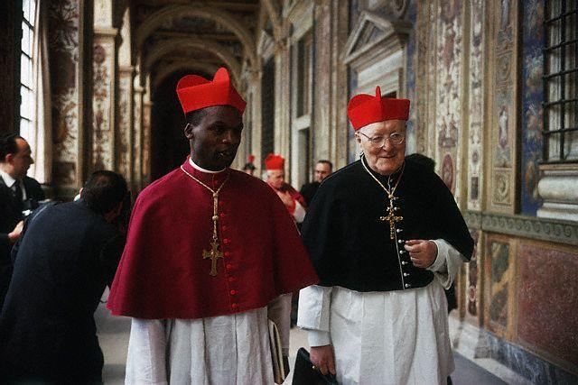 Kardynałowie Rugambwa, w żałobnym stroju, oraz Browne O.P. w czasie sediswakancji 1963 r.