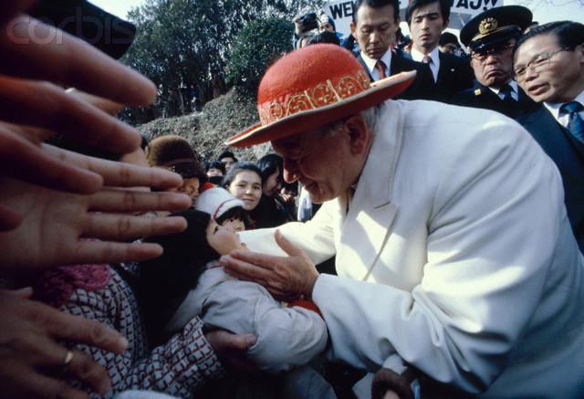 Jan Paweł II w papieskim saturno (Nagasaki).