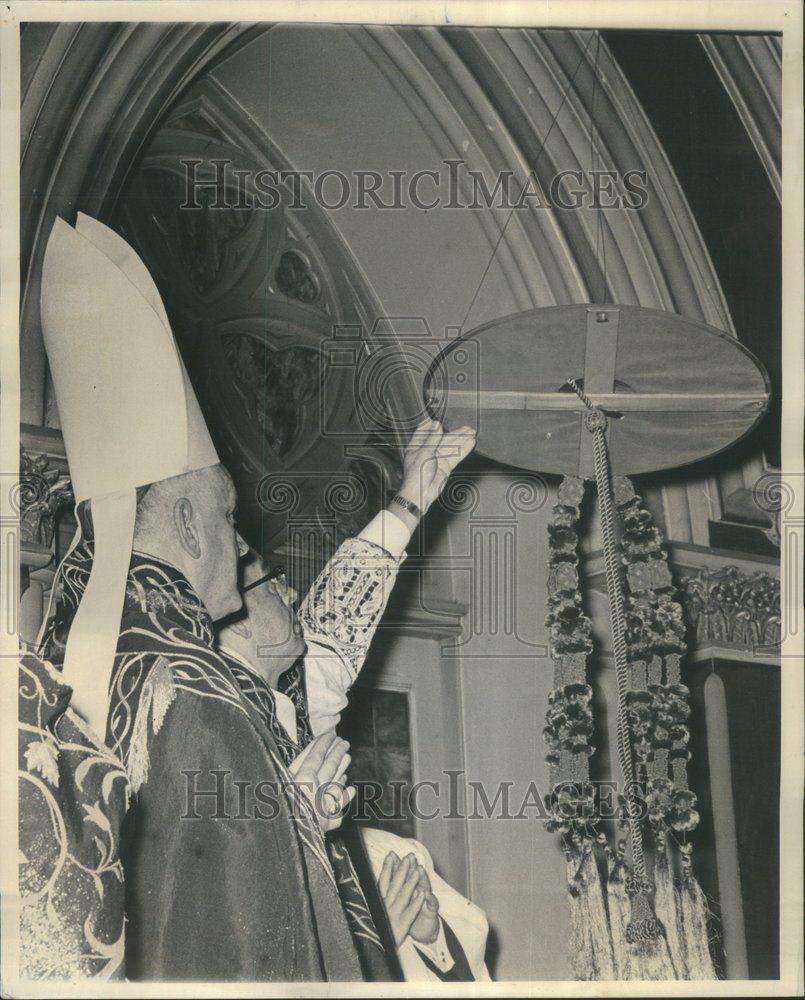 Zawieszanie galero zmarłego arcybiskupa Chicago kardynała Meyera.