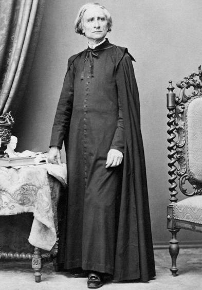 Ksiądz Franciszek Liszt w sutannie i farioli.