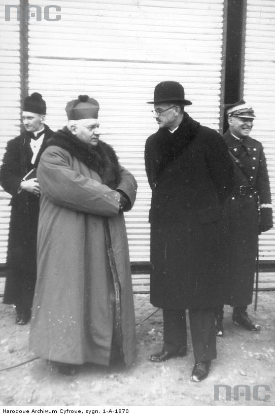 Biskup śląski Stanisław Adamski w szubie.