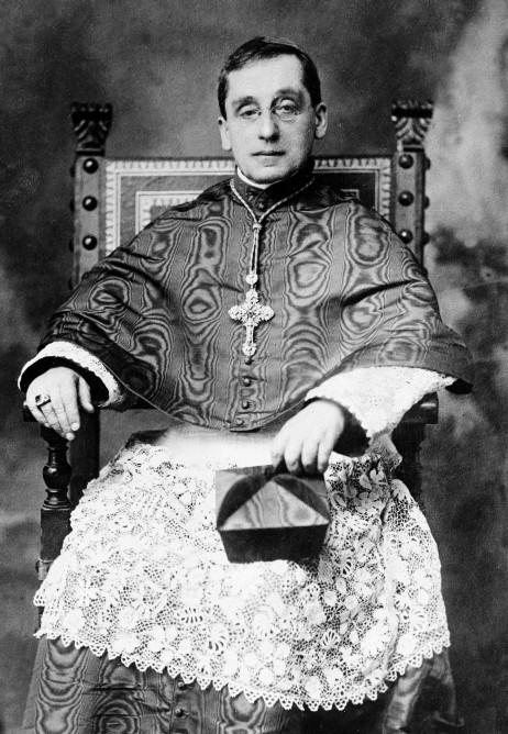 Kardynał della Chiesa w letnim stroju chórowym z jedwabiu falistego.