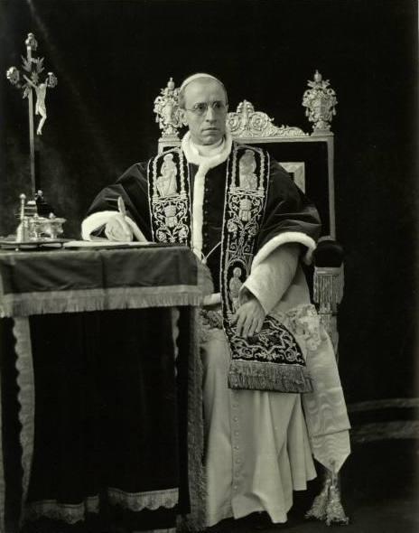 Pius XII w pełnym stroju chórowym.