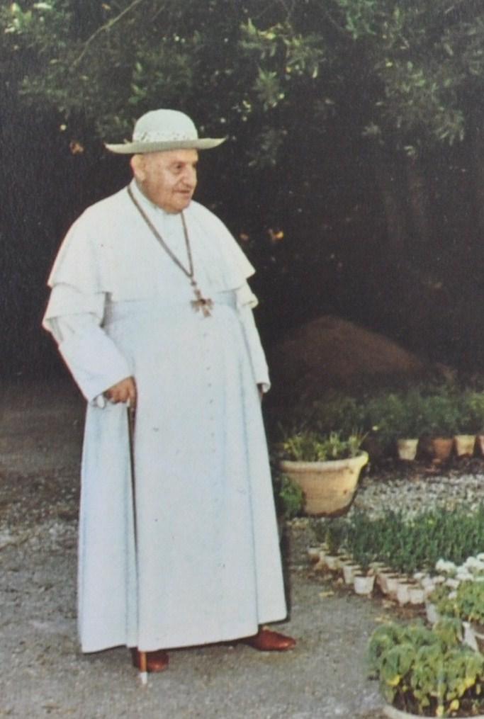 Jan XXIII w słomianym letnim saturno.