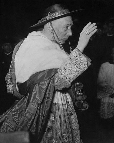 Arcybiskup Mediolanu kard. Schuster w cappa magna i galero.