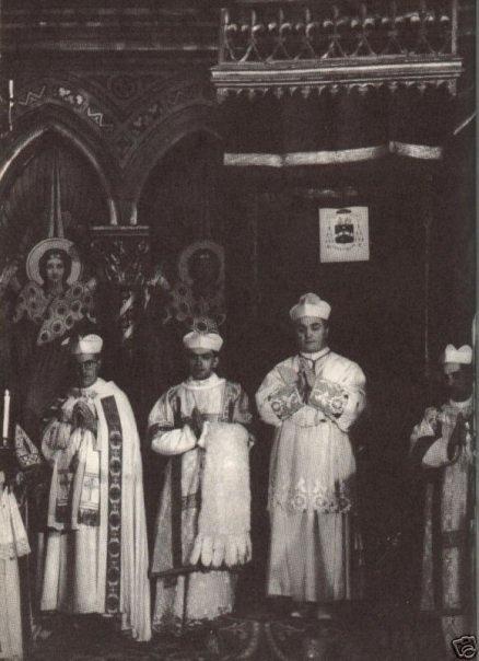 Opat premonstratensów w rokiecie. Stojący obok diakon trzyma przełożoną przez ramię almucję.