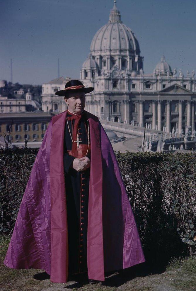 Na zdjęciu kard. Gilroy w stroju żałobnym sede vacante roku 1963.