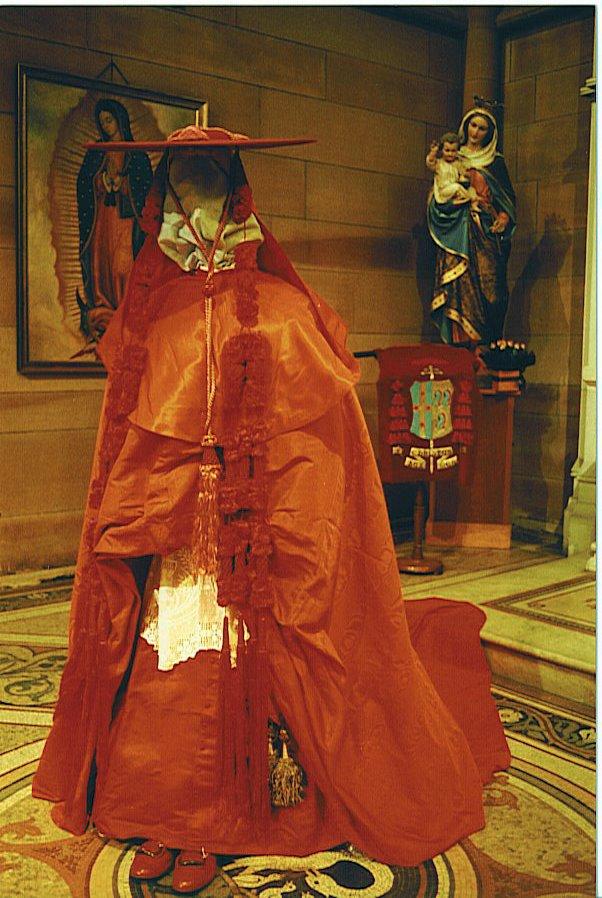 Galero parasole w połączeniu z uroczystym strojem chórowym kardynała Gilroya.