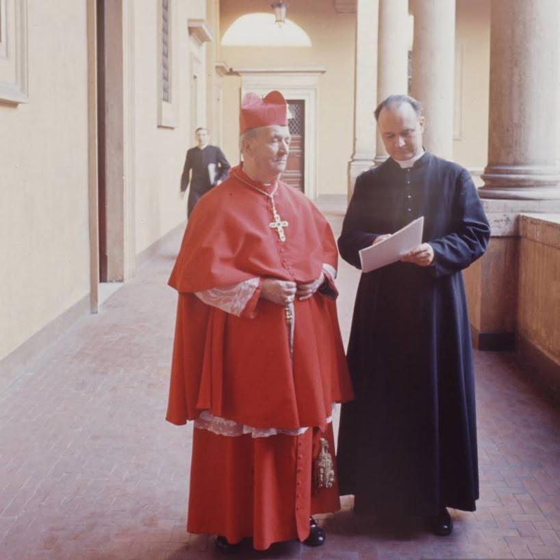 Na zdjęciu kard. Ottaviani w Rzymie w zimowym stroju chórowym.