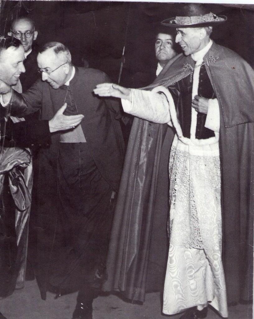 Pius XII w stroju chórowym oraz tabarro i saturno.