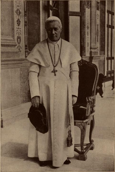 Pius X w symarze z pasem z pomponami i saturno w ręku.