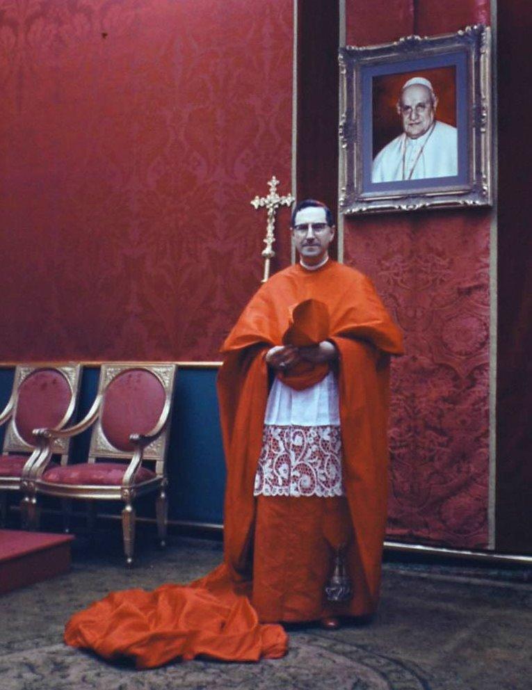 Arcybiskup Genui kard. Siri w uroczystym stroju chórowym.